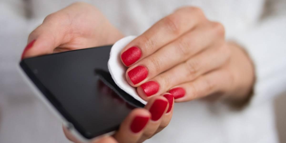 Errores fatales que cometes al limpiar tu celular