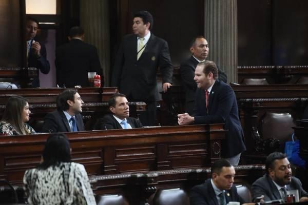 Los diputados conversan antes de iniciar la plenaria.