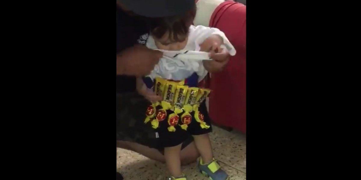 Aficionado critica a mujer que le pega bengalas a su hija con una parodia