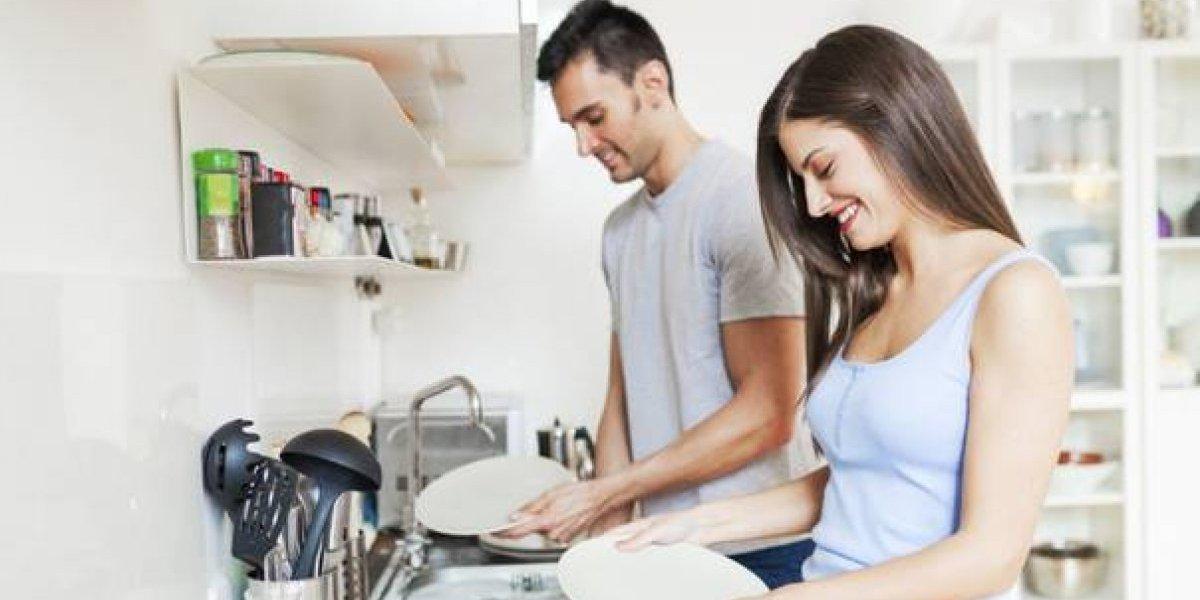 Mujeres dedican casi 22 horas más que los hombres en trabajos del hogar