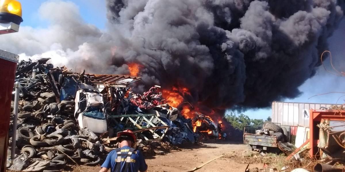 Fotos del monstruoso incendio en planta de reciclaje en Carolina