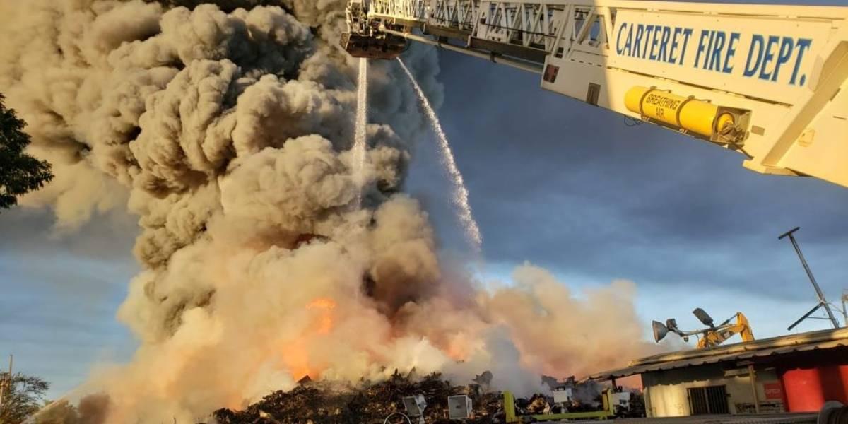 Siguen atendiendo potente incendio en planta de reciclaje en Carolina