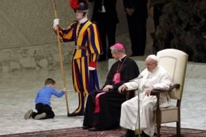 Niño travieso Papa Francisco