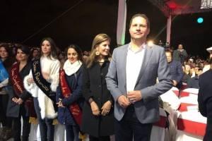 El alcalde de Quito, Mauricio Rodas, junto con María Fernanda Pacheco, presidenta del Patronato San José y la Reina de Quito, Daniela Almeida