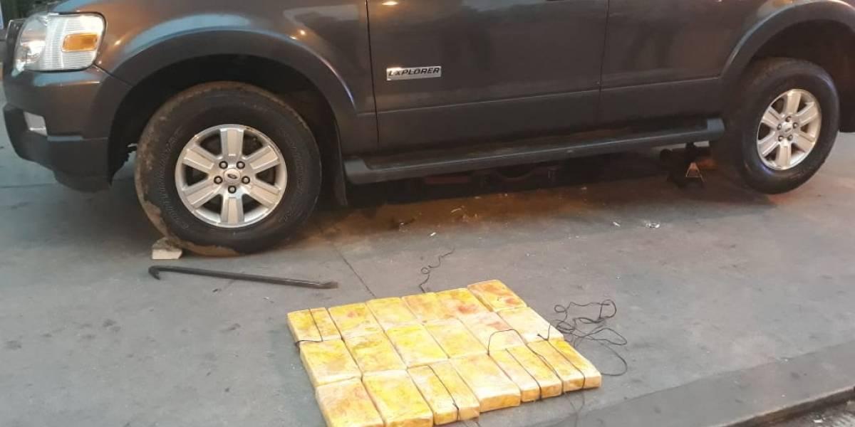 Decomisan paquetes con posible droga en vehículo en ruta Interamericana