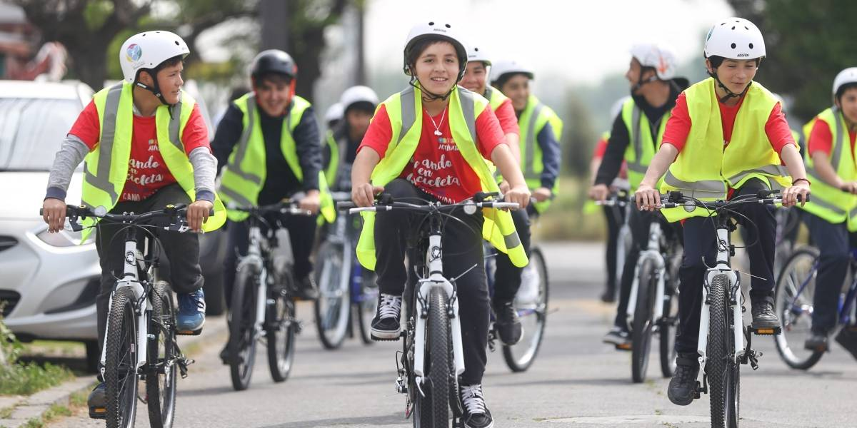 Plan piloto con señalética entretenida para que 1.500 escolares vayan y vuelvan en bici al colegio en La Pintana