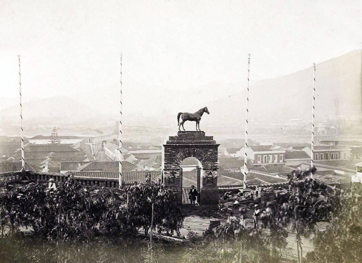 El Portal del Caballo del Cerro Santa Lucía que se perdió desde aproximadamente 1905. Foto: Gentileza Alberto Sironvalle