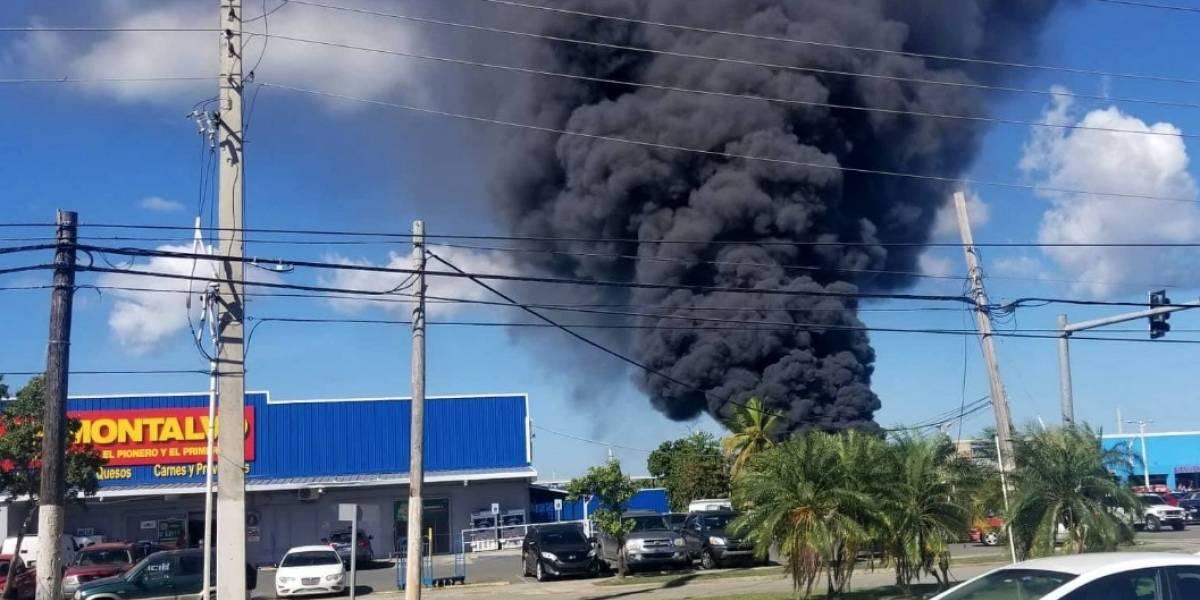 Bomberos extinguen en su totalidad incendio en planta de reciclaje en Carolina