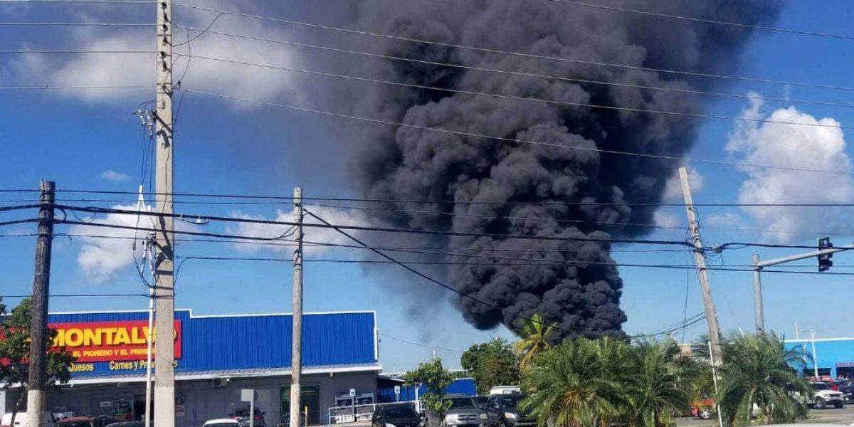 Reportan incendio en planta de reciclaje en Carolina
