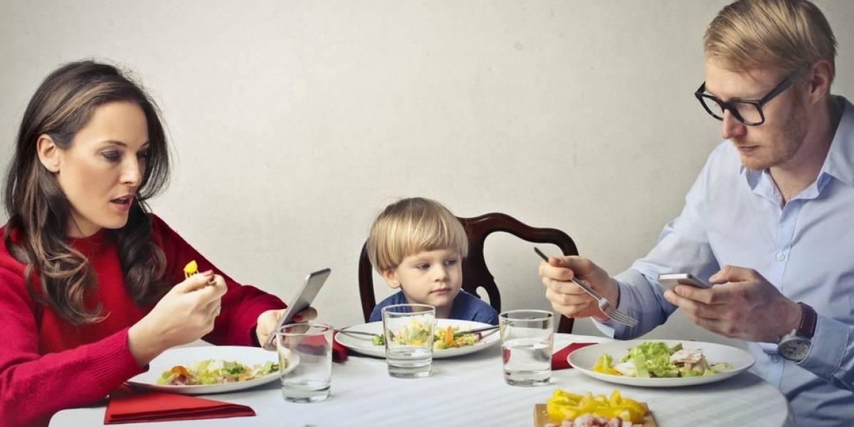 O restaurante que dá prato grátis a crianças quando pais aceitam ficar sem celular no jantar