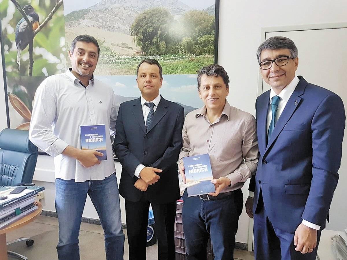 Diretor-presidente do Iema, Sérgio Fantini de Oliveira, o professor Valmir Pedrosa, o secretário de Meio Ambiente, Aladim Cerqueira, e o gerente-geral de Sustentabilidade da ArcelorMittal, João Bosco Reis
