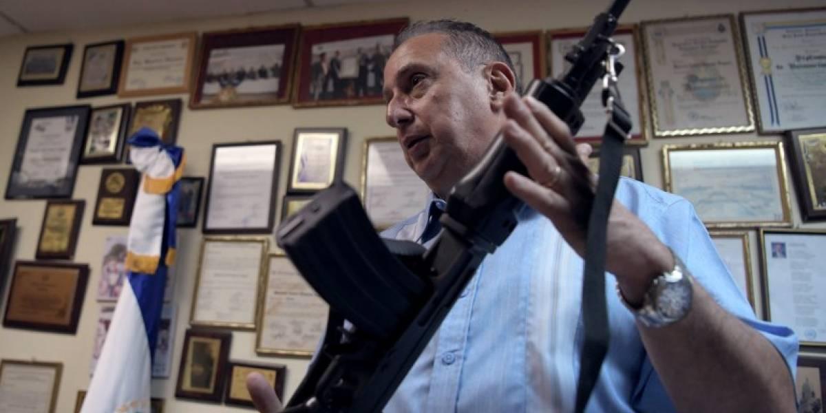 El alcalde que patrulla armado su asediado pueblo en El Salvador