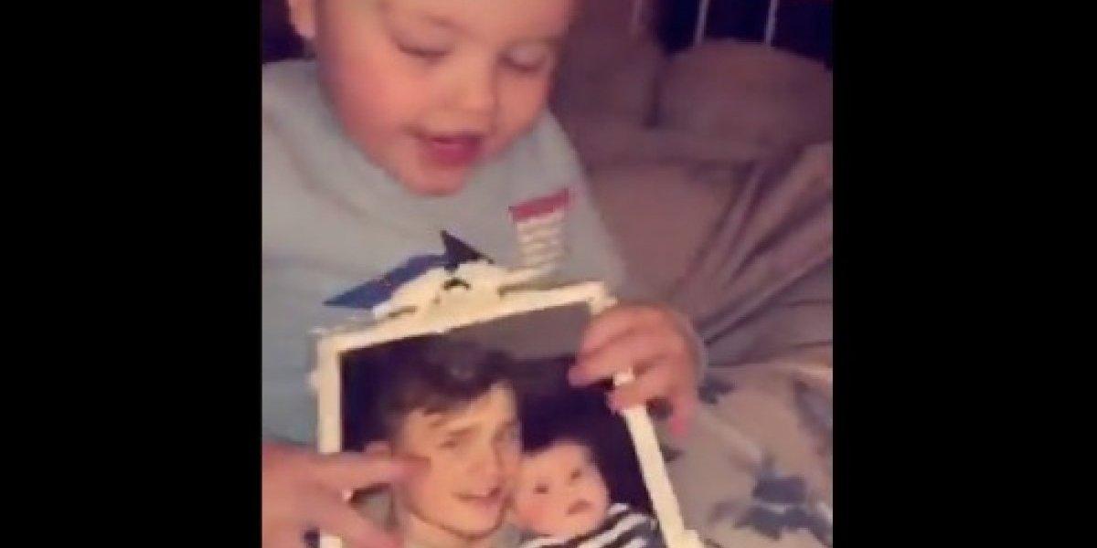 """""""Pone los pelos de punta"""": madre graba fantasmal reacción de su bebé tras mirar la foto de su padre muerto"""