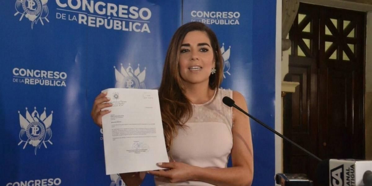 Diputada Patricia Sandoval genera debate por relato sobre besos entre hombres en la Constitución