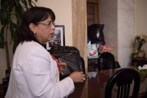 Magistrada Silvia García muestra los donativos.