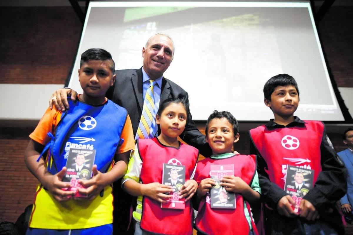 Durante su segunda visita a Guatemala, Stoichkov compartió con niños que participan en los programas de la Fundación del Café. |edwin bercián