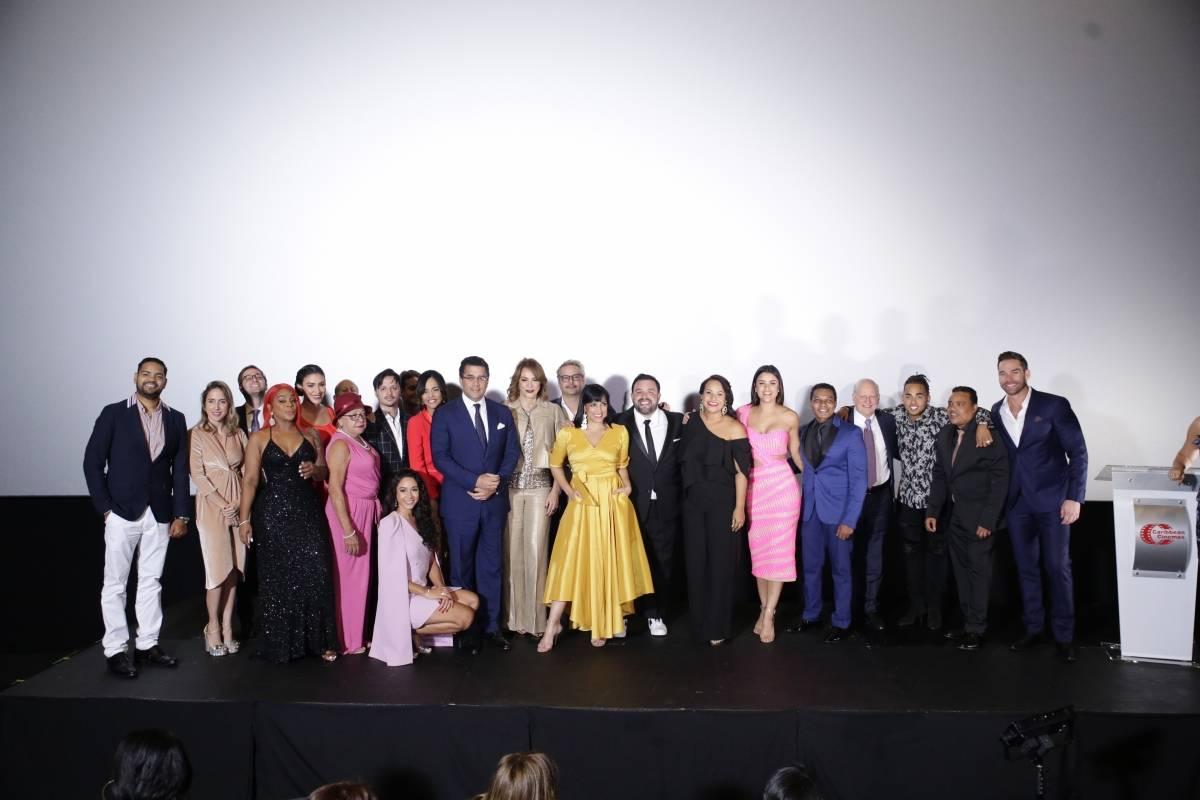 El elenco de Qué León junto al alcalde David Collado, quien valoró el aporte de esta película al cine dominicano. Elvys Joe