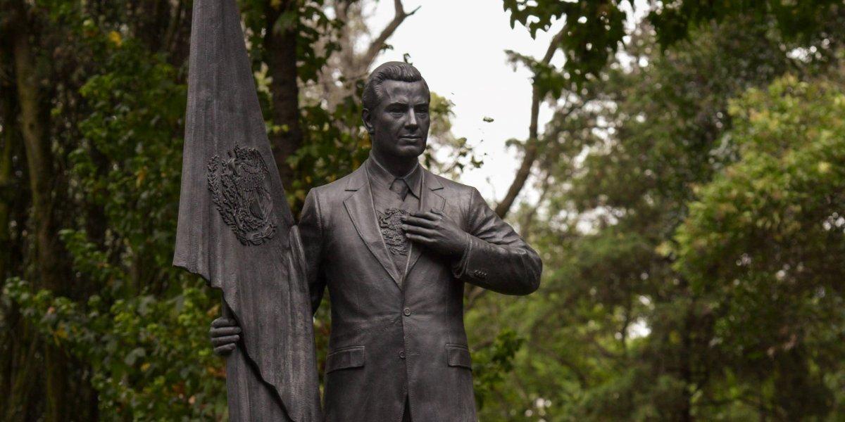 El presidente Peña Nieto tiene su propia estatua en Los Pinos
