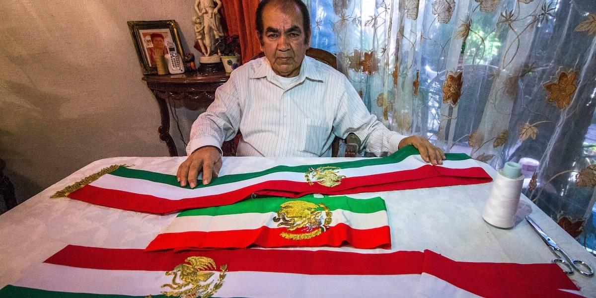 Enrique Torres, el sastre que lleva 42 años haciendo la Banda Presidencial