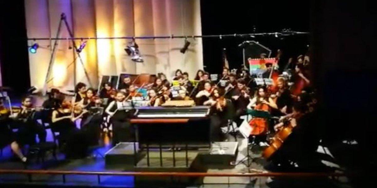 """""""No me canso de verlo"""": orquesta de estudiantes de la U. de Chile toca en forma de protesta """"Arauco tiene una pena"""" en el Teatro de Carabineros"""