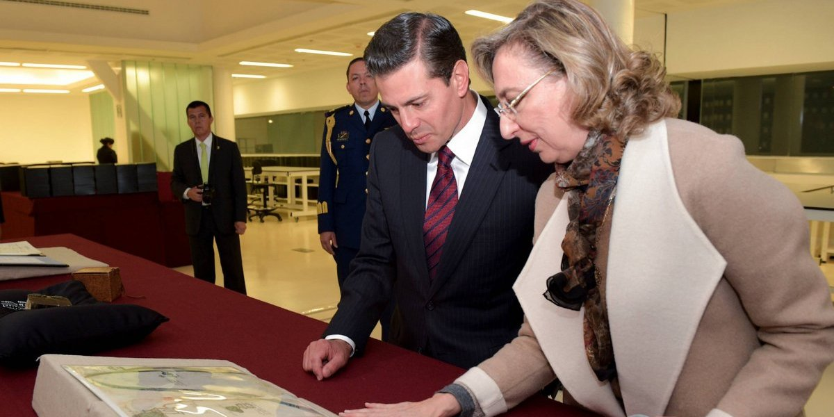 Peña Nieto recorre Archivo General de la Nación; entrega memoria documental