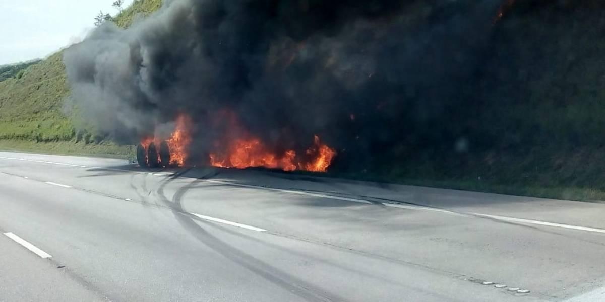 Carreta pega fogo no Rodoanel e interdita pista