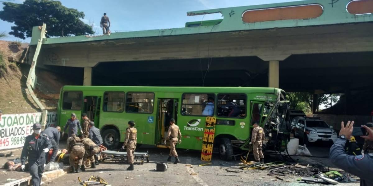 Ônibus cai de viaduto e deixa 19 feridos em Contagem (MG)