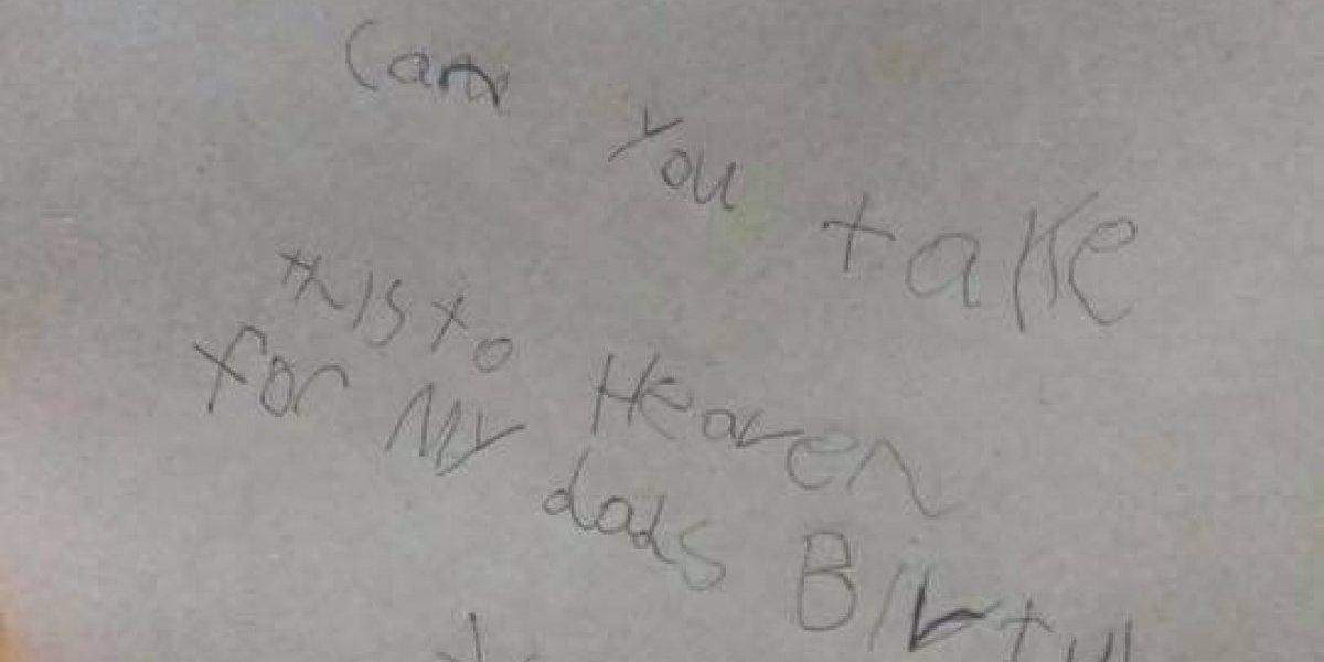 Niño de 7 años pidió al cartero que llevara una tarjeta a su papá en el cielo y obtuvo la más conmovedora respuesta