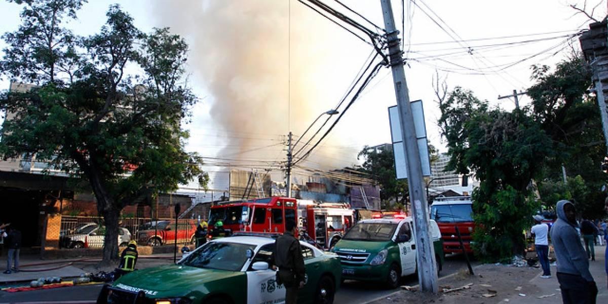 Violento incendio arrasa con tres locales comerciales y cinco viviendas en Estación Central