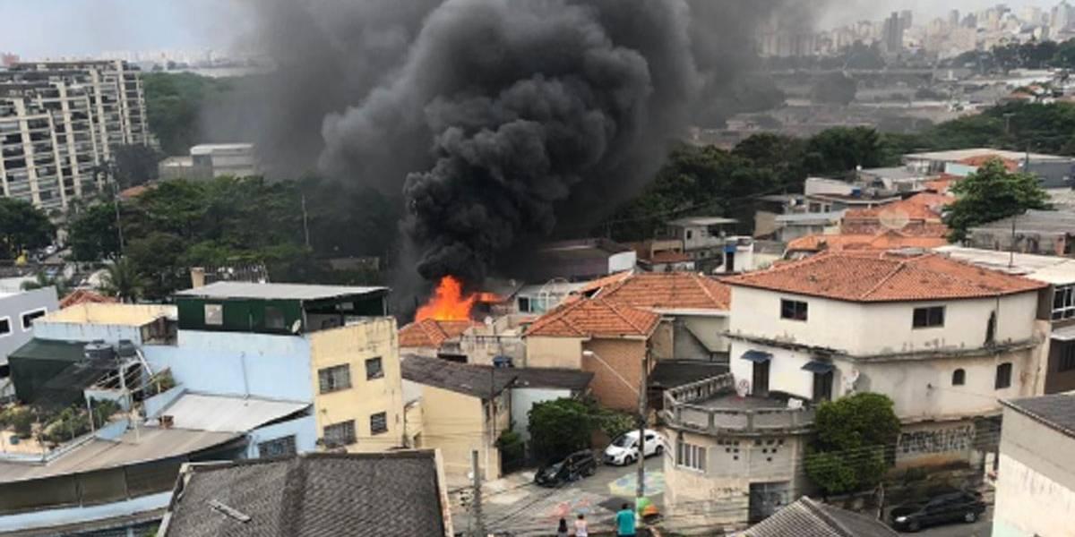 Avião cai sobre casas próximas ao aeroporto Campo de Marte, em São Paulo