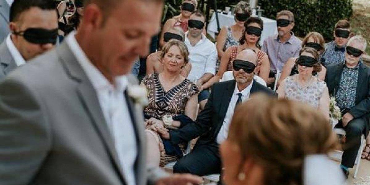 """Perdió la vista hace 4 años y en su boda los invitados se """"vendaron"""" los ojos durante los votos para experimentar las mismas sensaciones de la novia"""