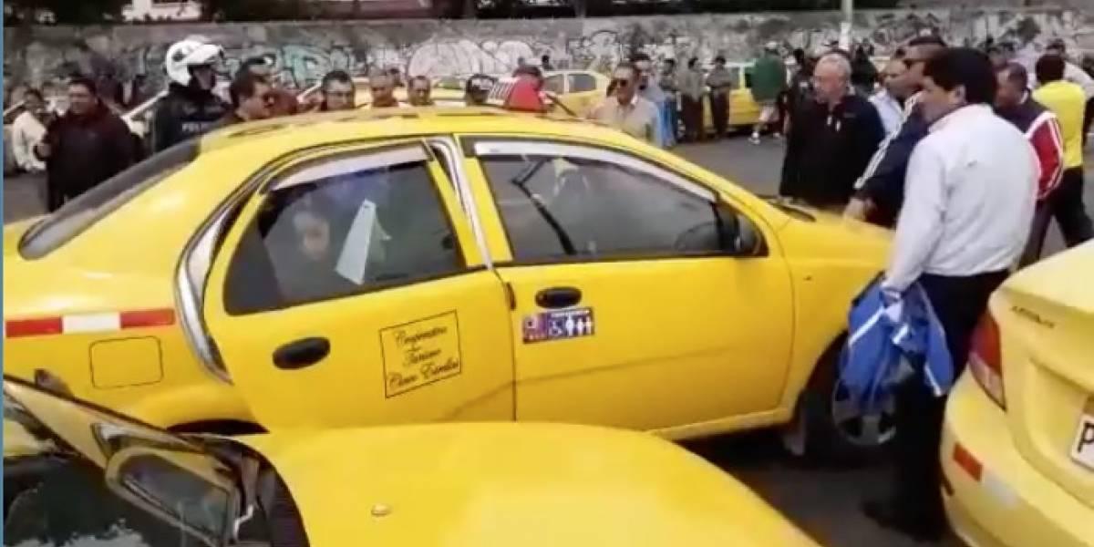 Quito: Taxistas lanzaron piedras, palos, huevos a sus compañeros que no participaron de la movilización