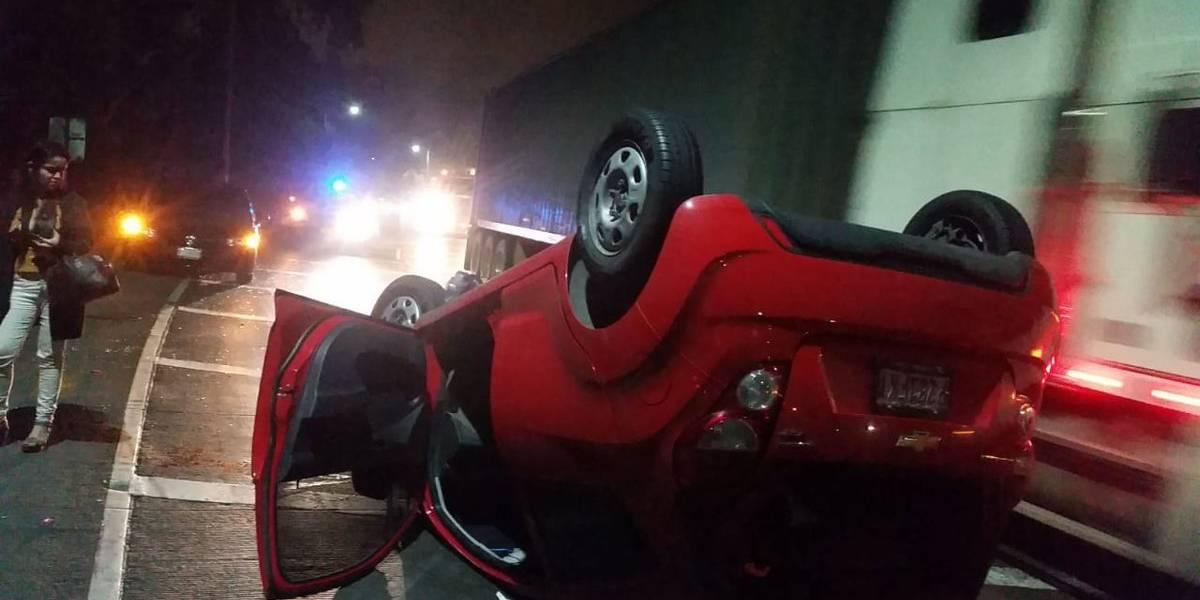 Vuelca vehículo en la calzada Aguilar Batres