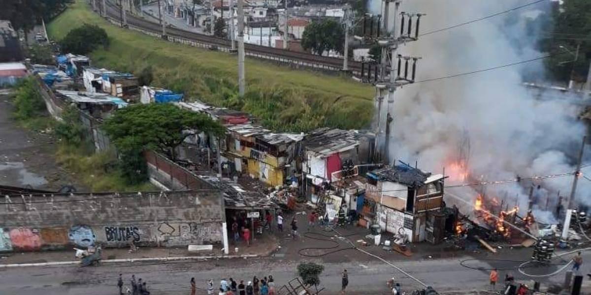 Incêndio atinge comunidade da Penha, na Zona Leste de SP