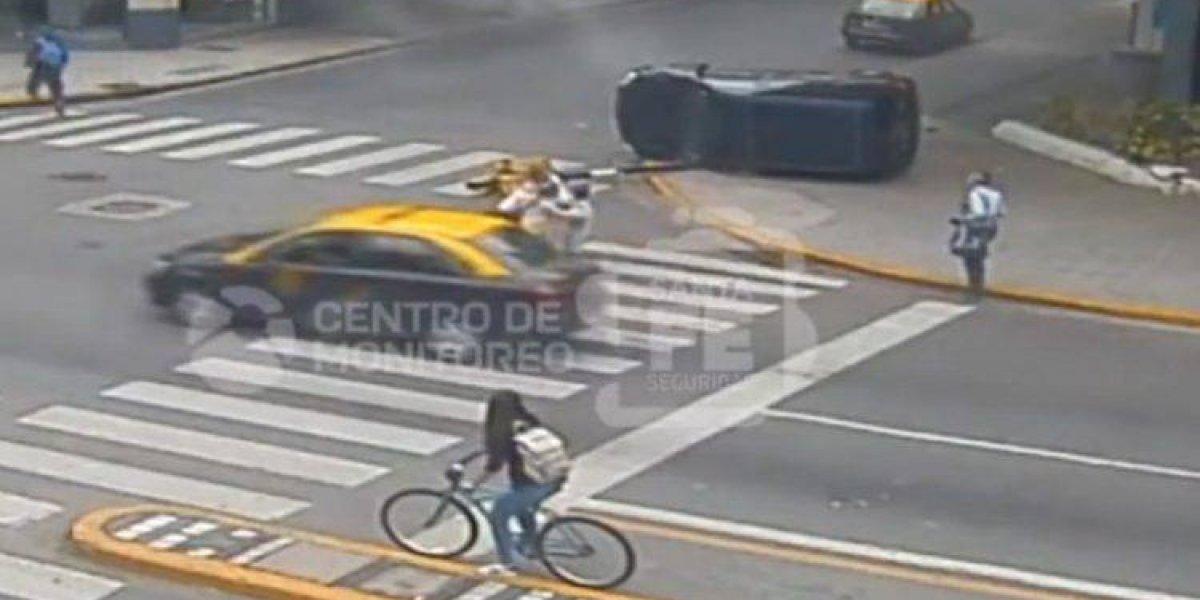 VÍDEO: mãe e dois filhos se salvam de sequência avassaladora de acidentes