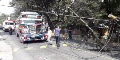 cae poste sobre autobús en ruta a San Juan Sacatepéquez