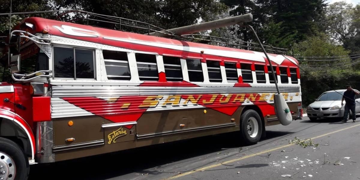 Poste cae sobre bus en ruta a San Juan Sacatepéquez