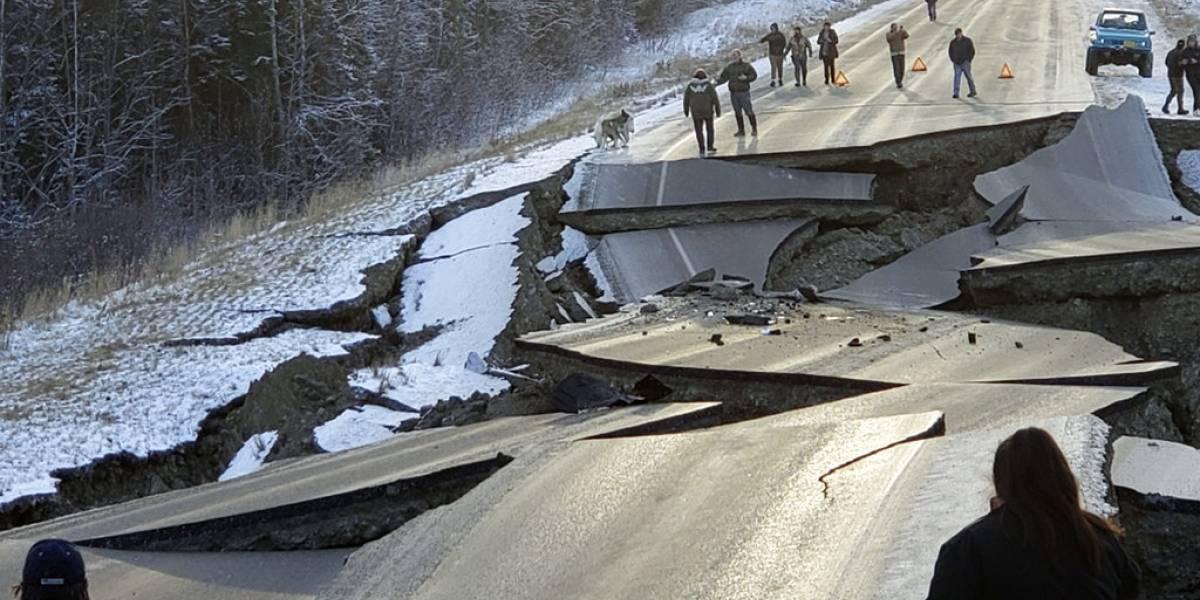 Dramáticas imágenes de tramo carretero que se quebró por potentes sismos en Alaska