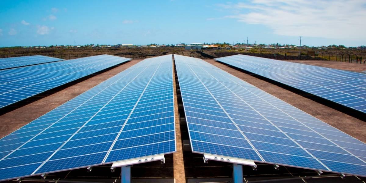 Gobierno Nacional entrega sistema híbrido de energía renovable para Galápagos