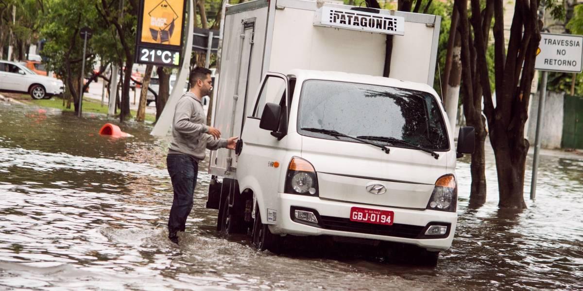 Chuva traz inundações, queda de árvores e estado de alerta em SP