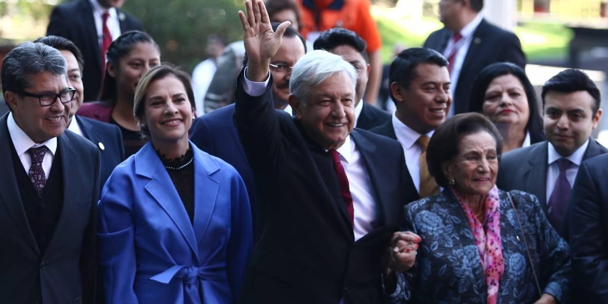 Sencillez de Beatriz Gutiérrez llama la atención en toma de protesta de AMLO