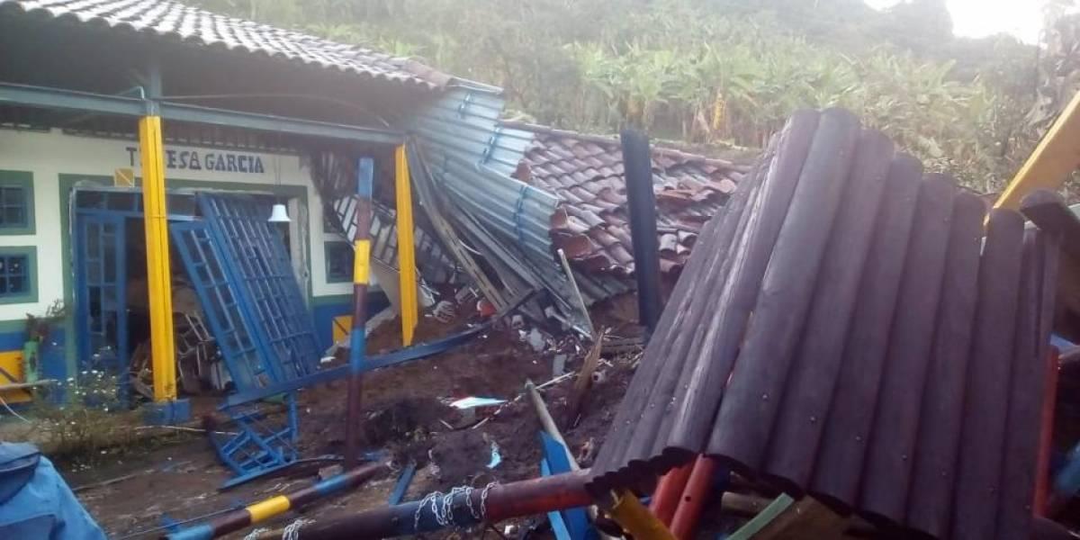 Cinco niños quedan atrapados en colegio por derrumbe