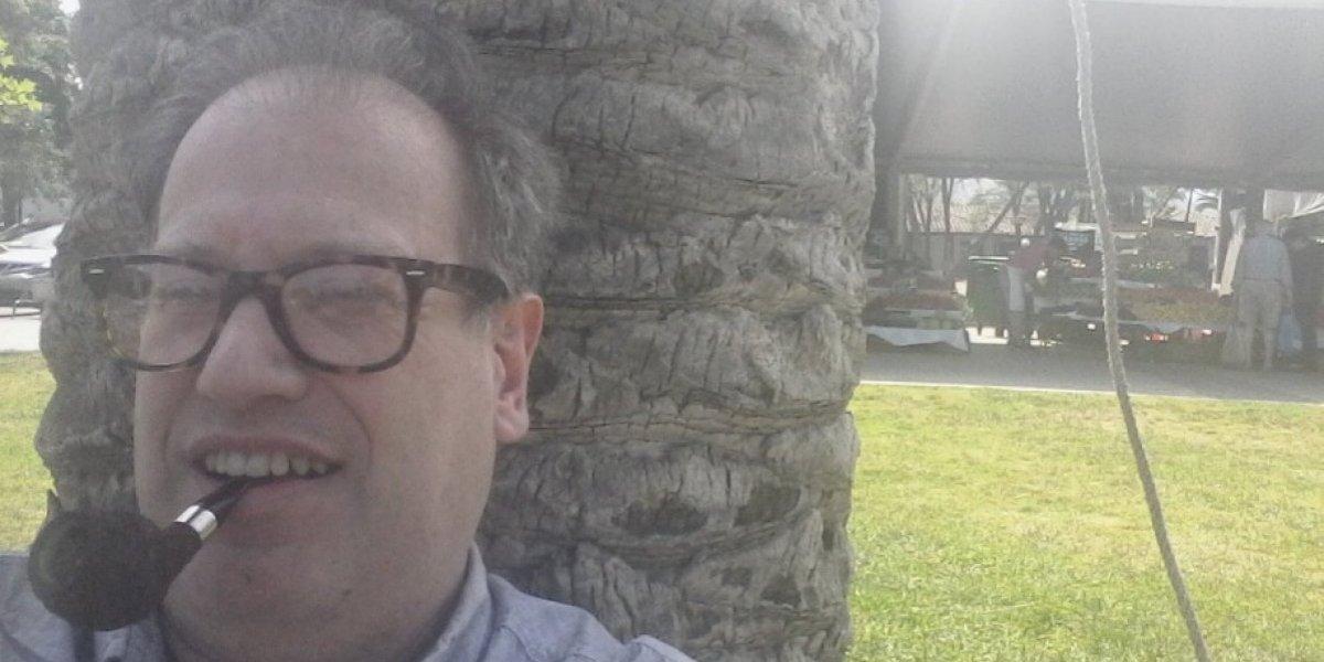 """""""Desobediencia civil"""": Tomás Jocelyn-Holt protestó contra ordenanza que prohíbe fumar en plazas de Las Condes y compartió su multa en Twitter"""