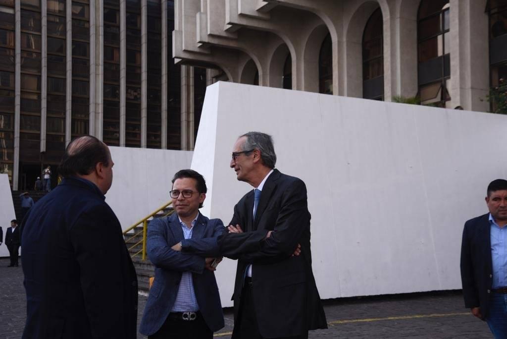Álvaro Colom y sus abogados. Foto: Omar Solís