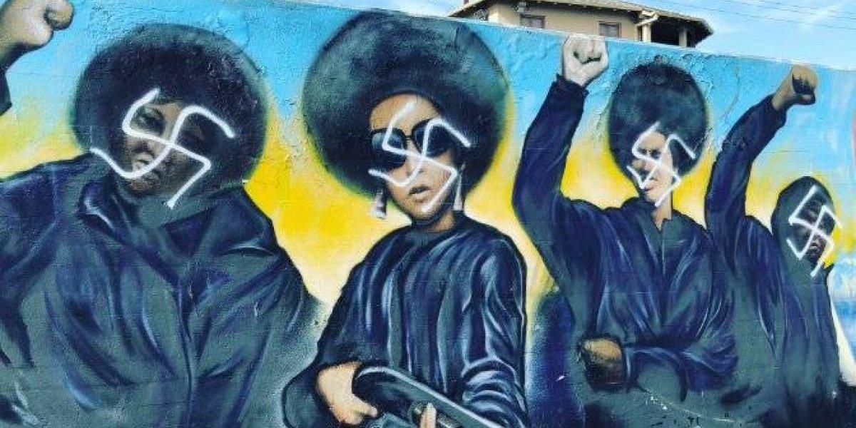 Vandalizan con esvásticas mural en honor a grupo Black Panthers