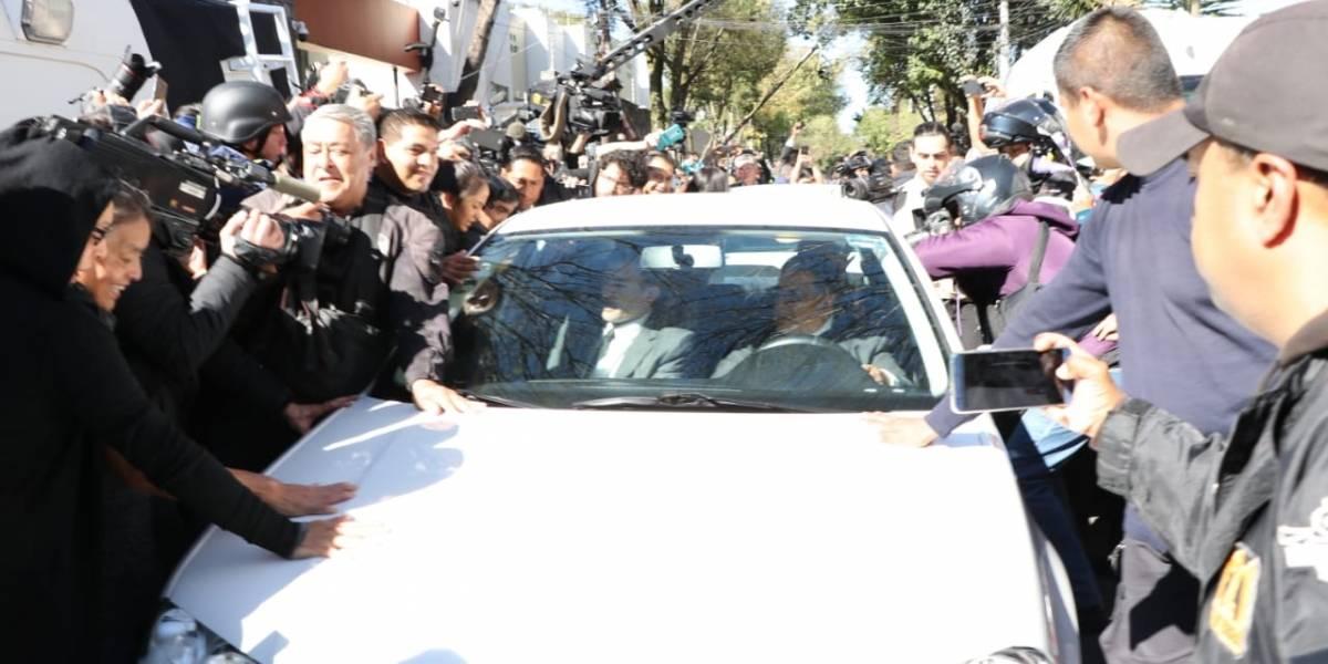 El furor, porras, tumultos y golpes que provocó AMLO al salir de su casa