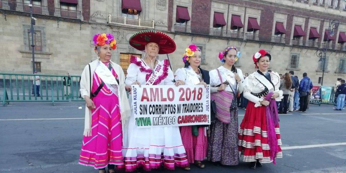 Turistas, protestas y simpatizantes llegan al Zócalo para ver a AMLO