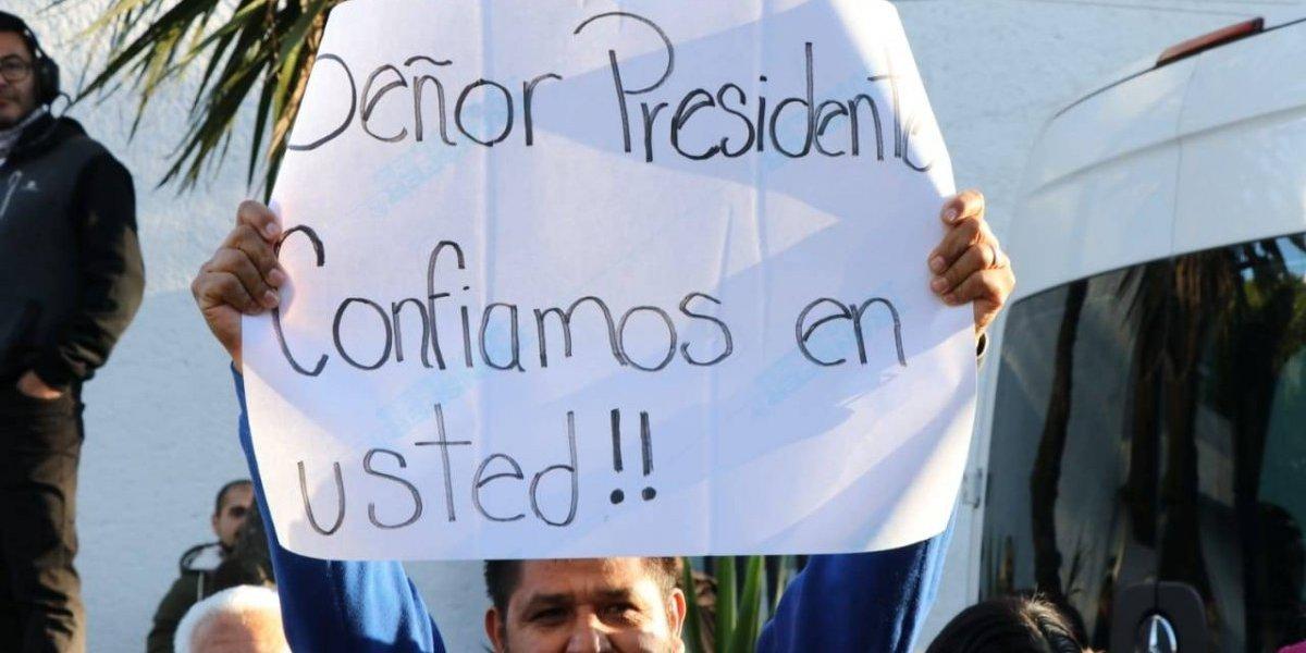 Vecinos llegan casa de AMLO a manifestar su apoyo al nuevo presidente