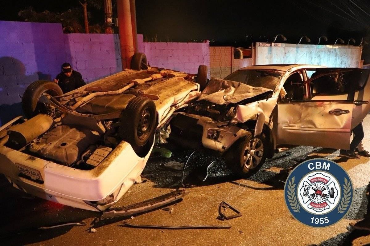 El accidente de tránsito en la zona 5 dejó dos personas heridas. Foto: Bomberos Municipales