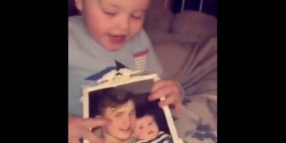 La reacción sobrenatural de un niño al ver la foto de su padre muerto